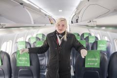 Kabinemedarbejder Jeanette Kure fra DAT er klar til at tage i mod passagerer med håndsprit og mundbind. (Foto: Joakim J. Hvistendahl)