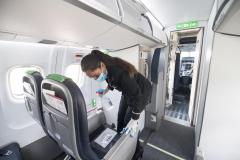 Kabinemedarbejder Rita Fezzazi spritter kabinen af inden næste afgang. (Foto: Joakim J. Hvistendahl)