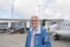Ugependler Torben Mikkelsen er glad for det nye tilbud fra DAT med ruten fra Aalborg til København. Her ude af flyet og uden mundbind. (Foto: Joakim J. Hvistendahl)