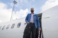 Torben Mikkelsen ved ankomst i København på sin første flyvning siden10. marts. Mundbind var medbragt  hjemmefra. (Foto: Joakim J. Hvistendahl)