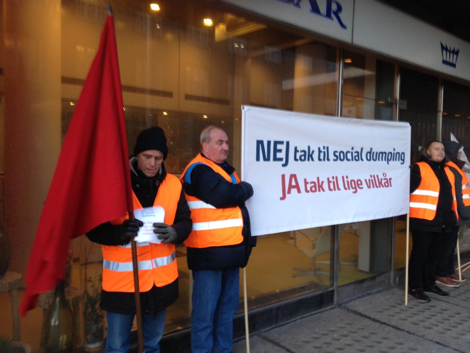 Demonstration foran Royal Hotel i København i januar 2015, hvor Ryanair holdt pressemøde. Foto: Andreas Krog.