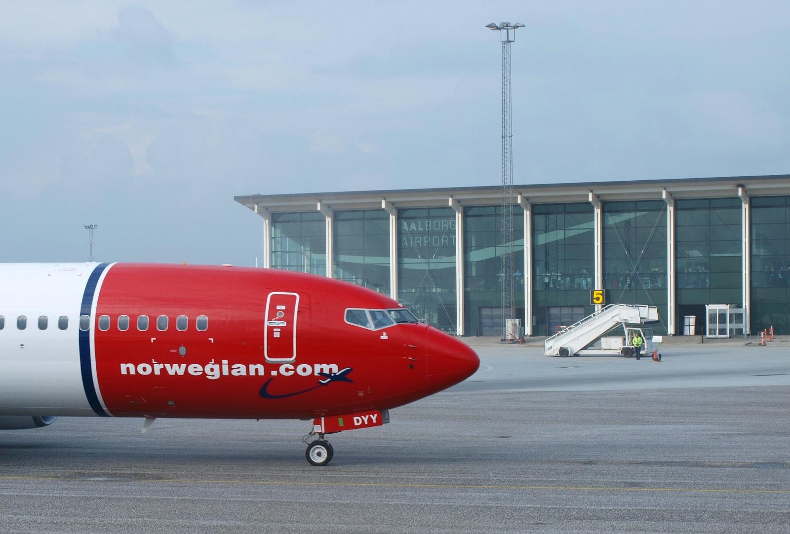 Et Norwegian Boeing 737-800 fly foran Aalborg Lufthavns terminalbygning.  (Foto: Ole Kirchert Christensen)