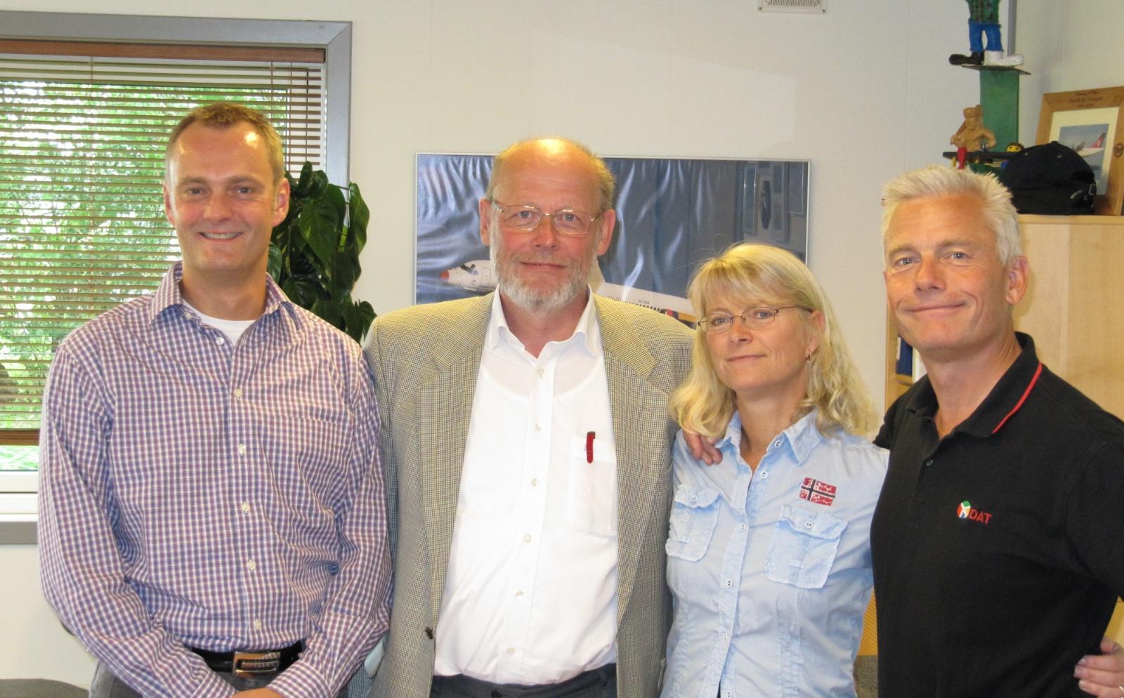 Foto: Den ny bestyrelsesformand omgivet af fra venstre Lars Høeg samt til højre Kirsten Rungholm og Jesper Rungholm. (Foto: DAT)