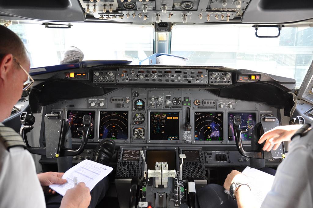 Piloter i cockpit på Norwegian Boeing 737-800.