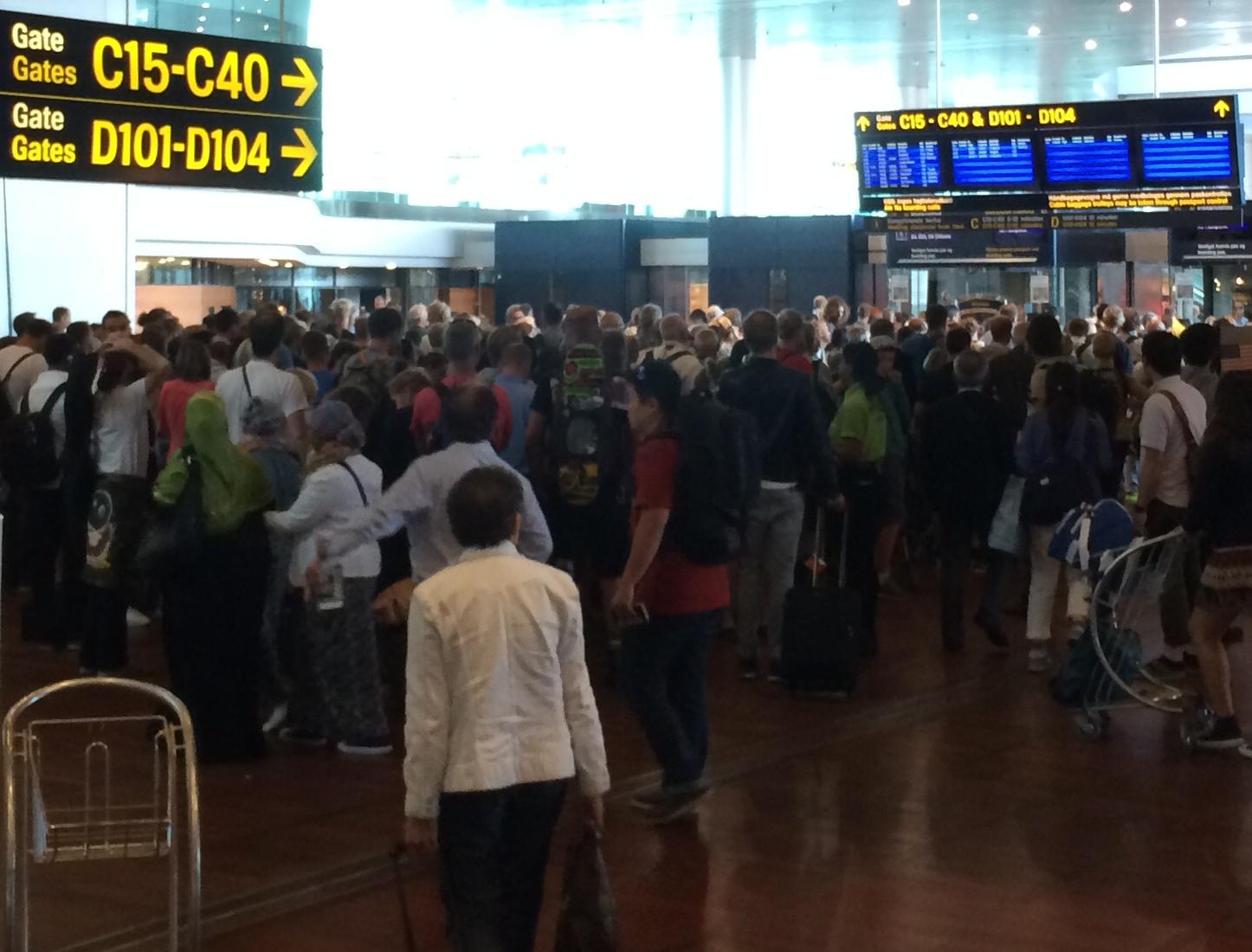 Kø foran paskontrollen ved Finger C i Københavns Lufthavn.