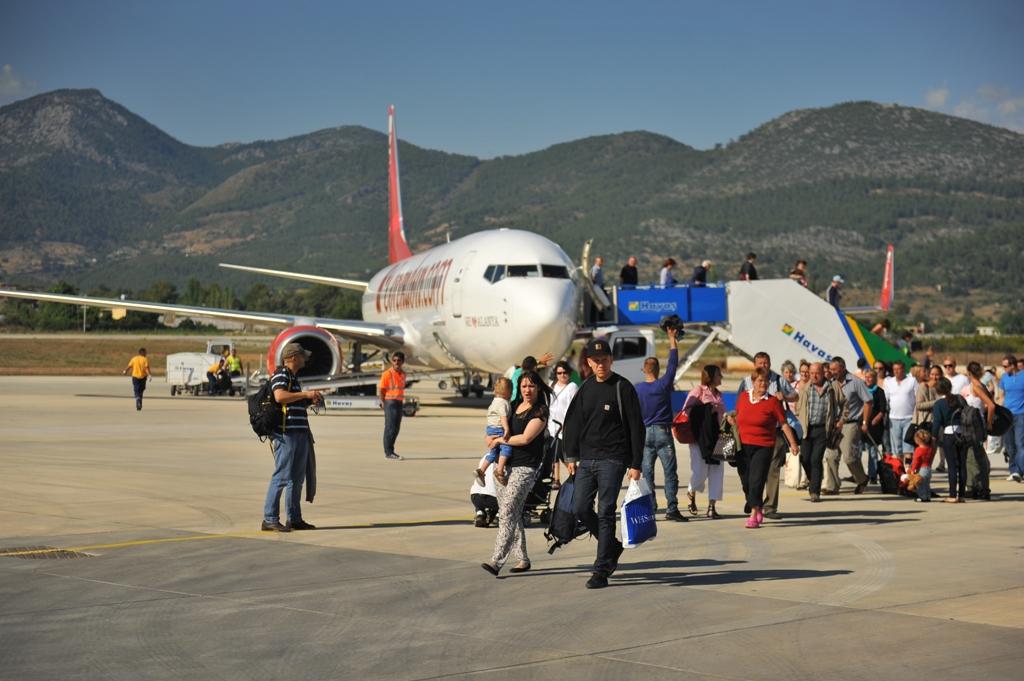 Ankommende turister til Gazipasa Lufthavn.