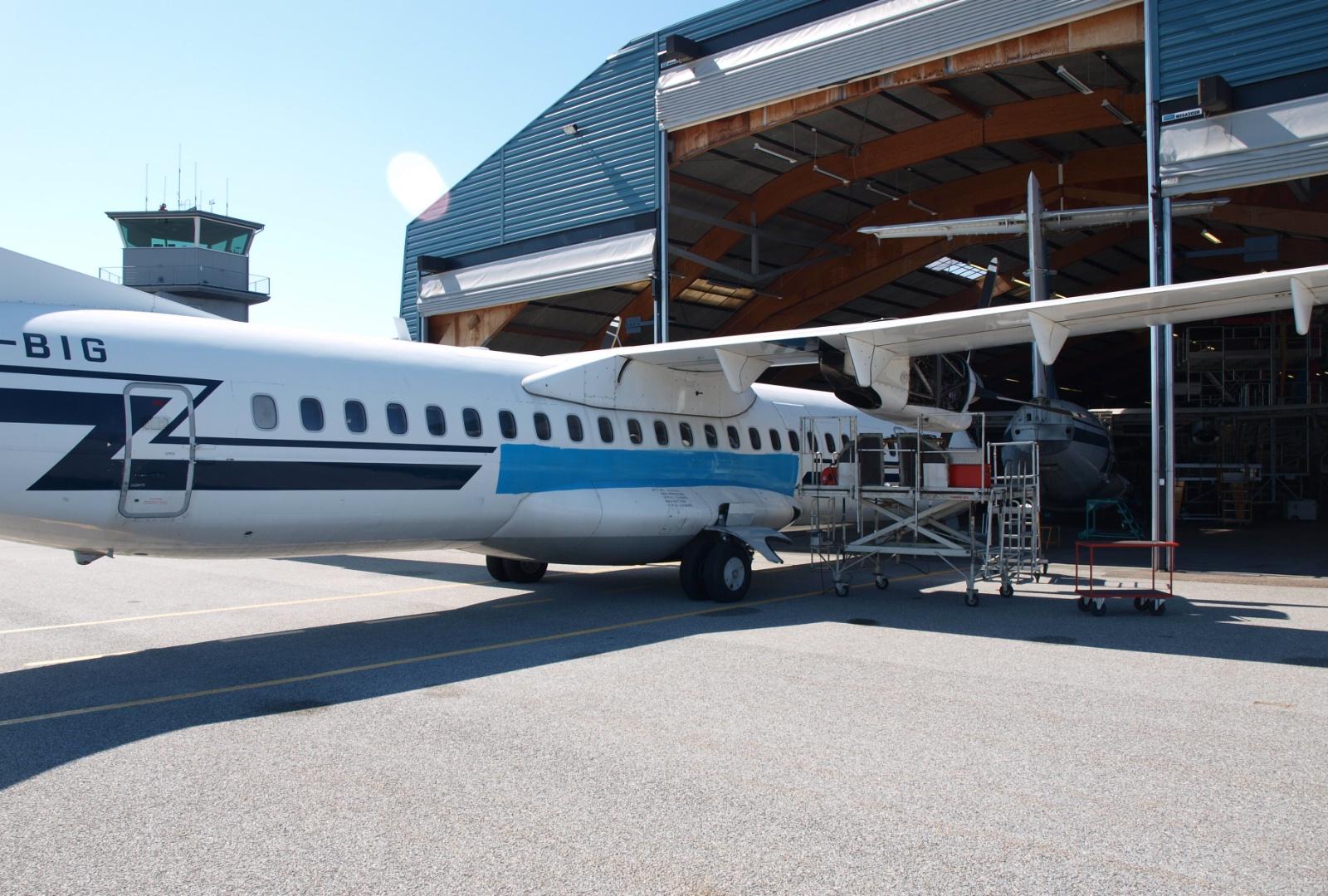 ATR-fly på vej ind i hangaren hos Skyways Technics i Sønderborg Lufthavn (Foto: Ole Kirchert Christensen)