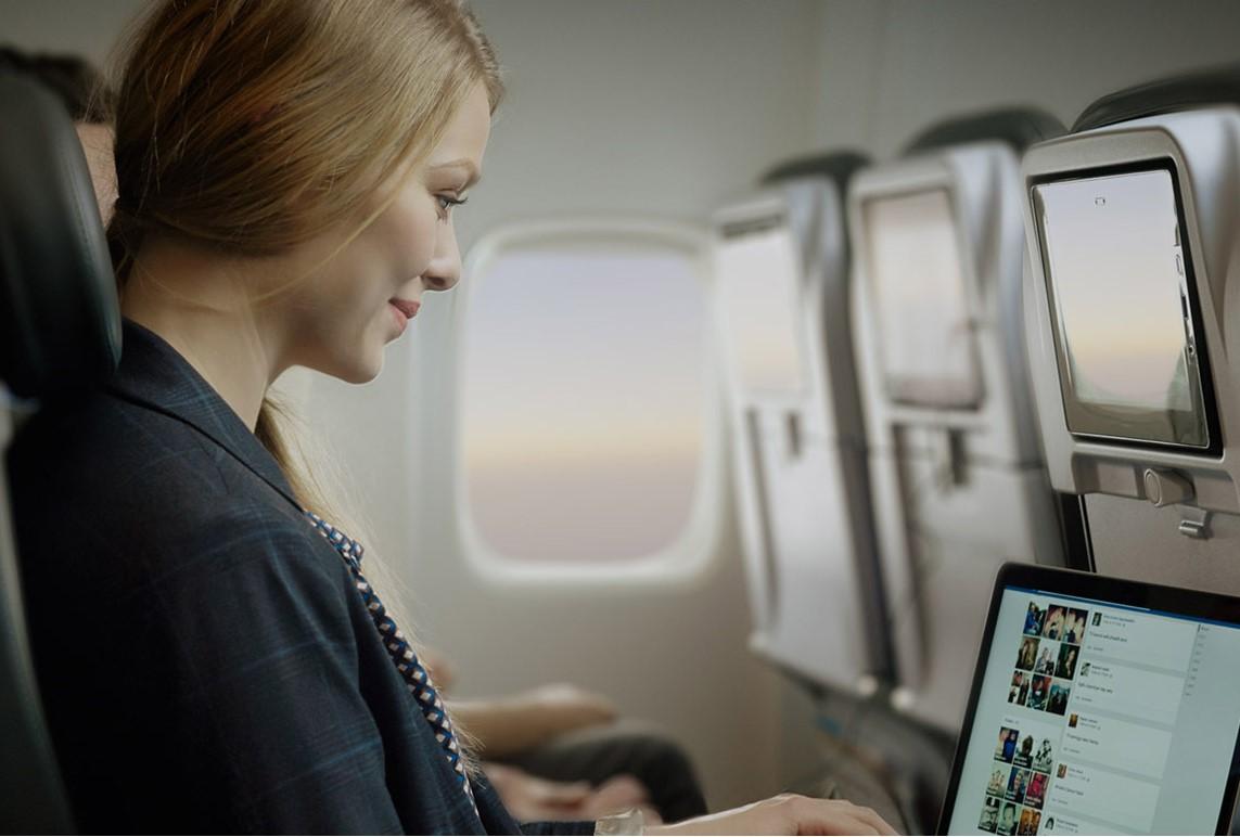 Passager, der benytter WiFi på Icelandair-flyvning. (Foto: Icelandair)