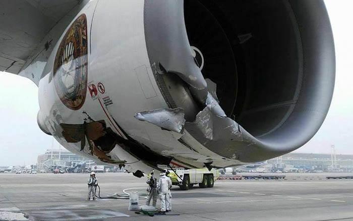 En af flyets to beskadigede jetmotorer.