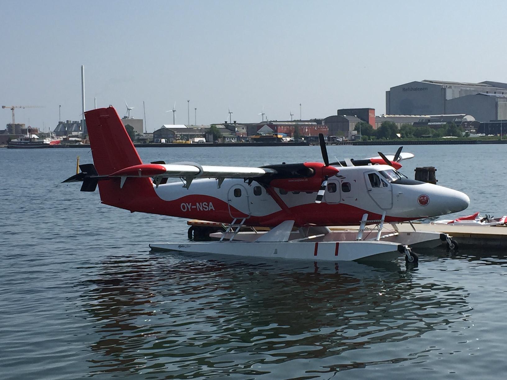 Nordic Seaplanes' Twin Otter-fly til kaj ved selskabet egen lille vandflyveplads i Københavns Havn. Foto: Andreas Krog.