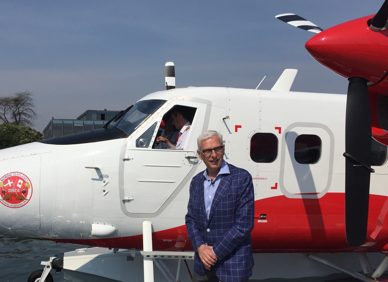 Lars Erik Nielsen poserer for pressen foran Nordic Seaplanes' fly. Foto: Andreas Krog