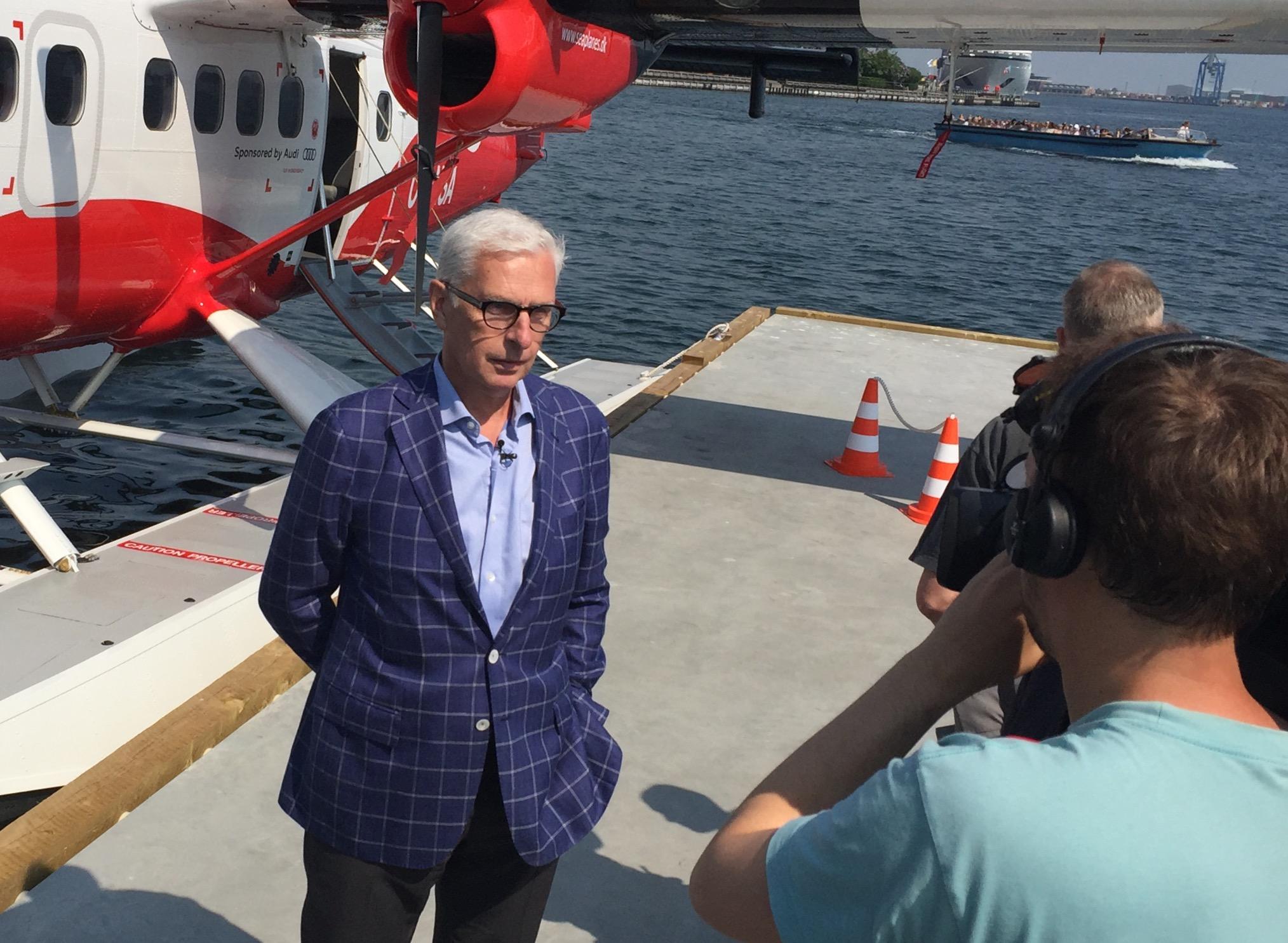 Lars Erik Nielsen bliver interviewet til tv efter tirsdagens flyvning med den danske verdenspresse. Foto: Andreas Krog.