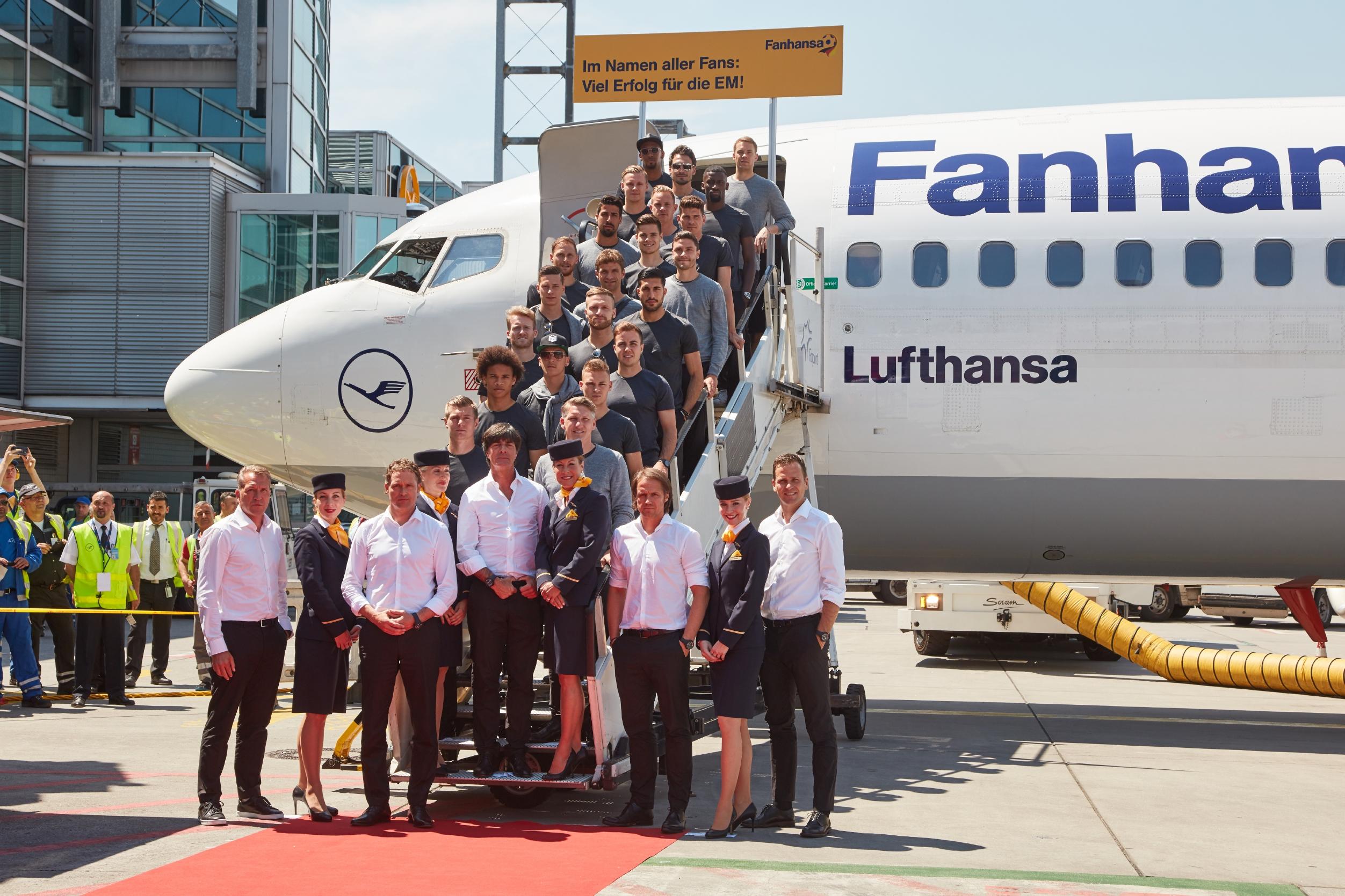 """Det tyske landshold klar til afgang til EM-fodbold med det særlige """"Fanhansa"""" fly. (Foto: Oliver Rösler / Lufthansa)"""