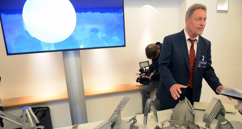 Peter Sanders fra Airbus viser og forklarer forskellige prototyper på 3D-printede dele. (Foto: Joakim J. Hvistendahl)