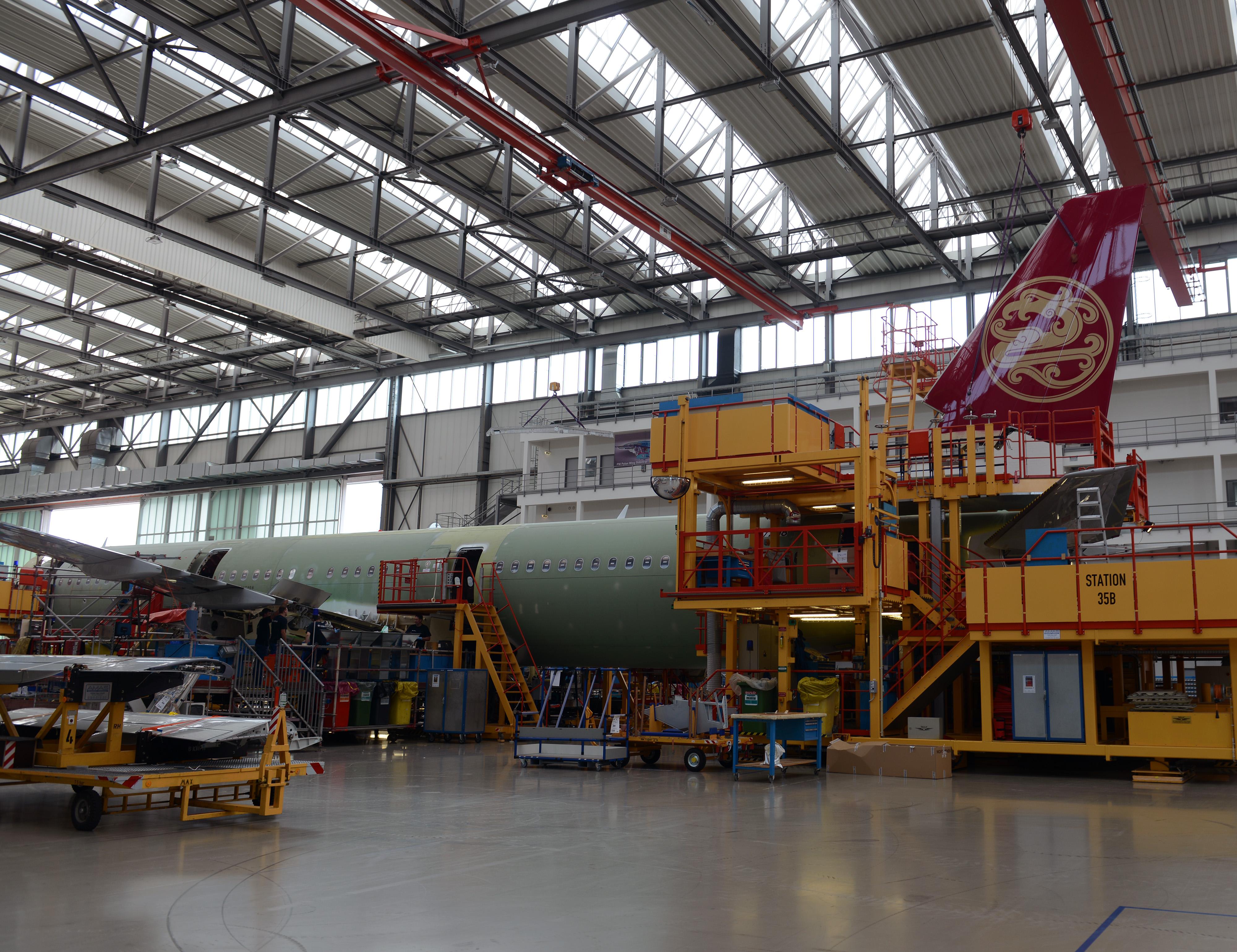 En Airbus A321 på produktionslinjen på fabrikken i Hamborg, hvor haleroret er ved at monteres. (Foto: Joakim J. Hvistendahl)