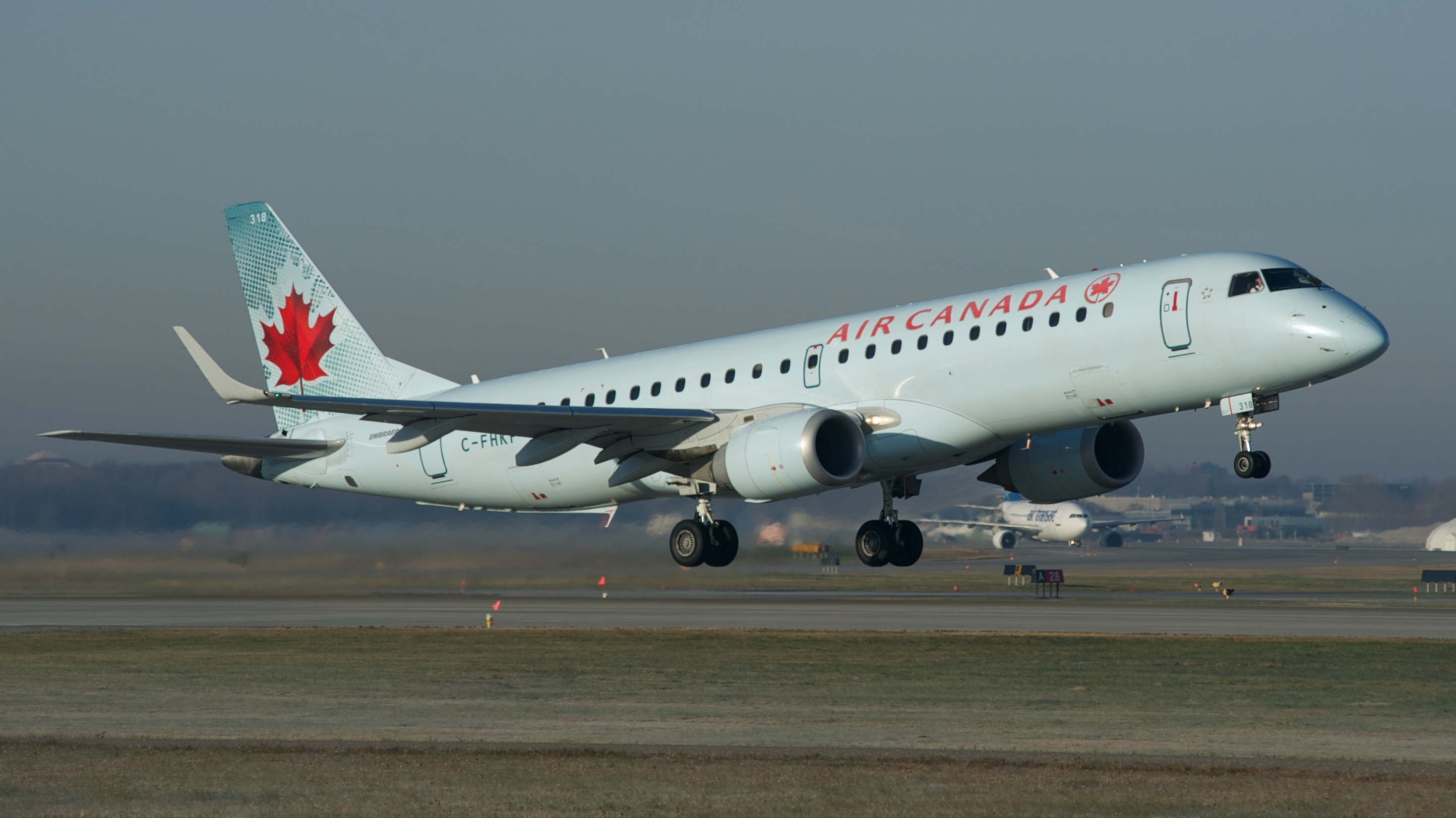 Foto: BriYYZ. Air Canada Embraer E190,  C-FHKP. Wikimedia Commons.
