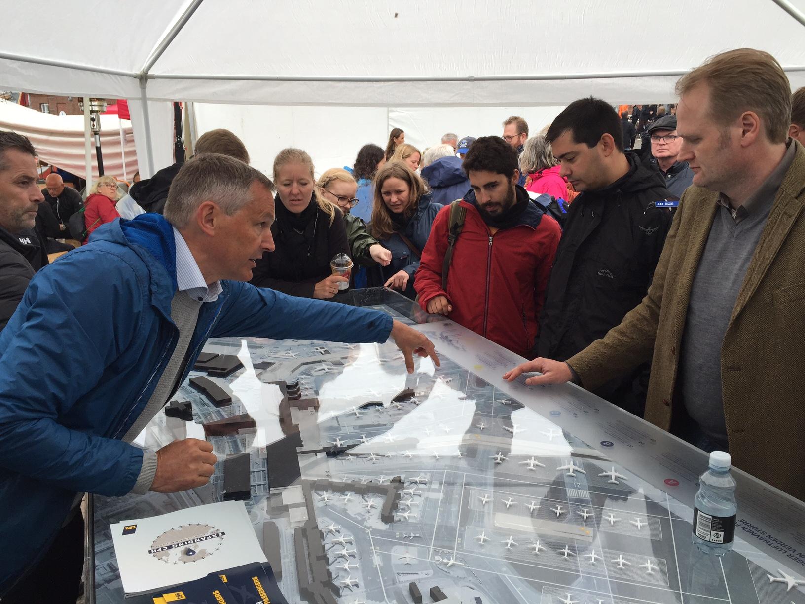 Kommunikationsdirektør Henrik P. Jørgensen fra Københavns Lufthavn fortalte på Folkemødet 2016 om lufthavnens udbygningsplaner over en stor model af CPH. Foto: Andreas Krog.