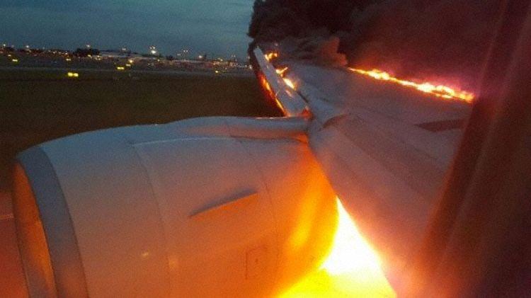 Ild i motor og vinge på Boeing 777-300ER fly fra Singapore Airlines. (Foto: Douglas Yew).
