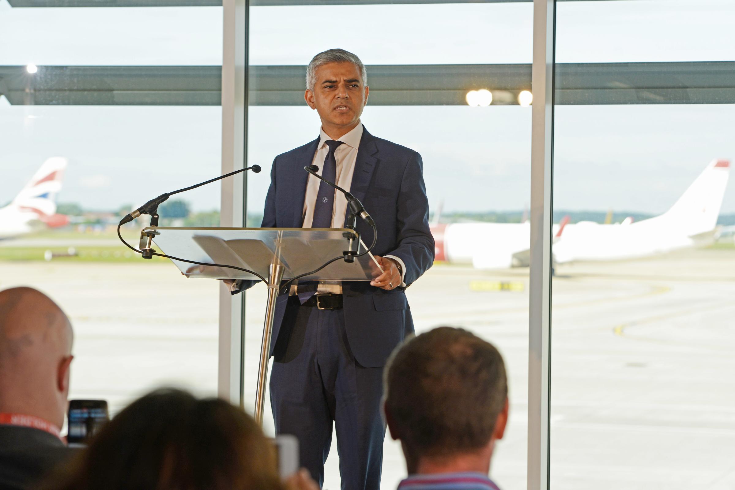 London-borgmester erklærede sin støtte til London Gatwick-lutfhavnens ønske om en bane nummer to ved en præsentation af lufthavnens udbygningsplaner.