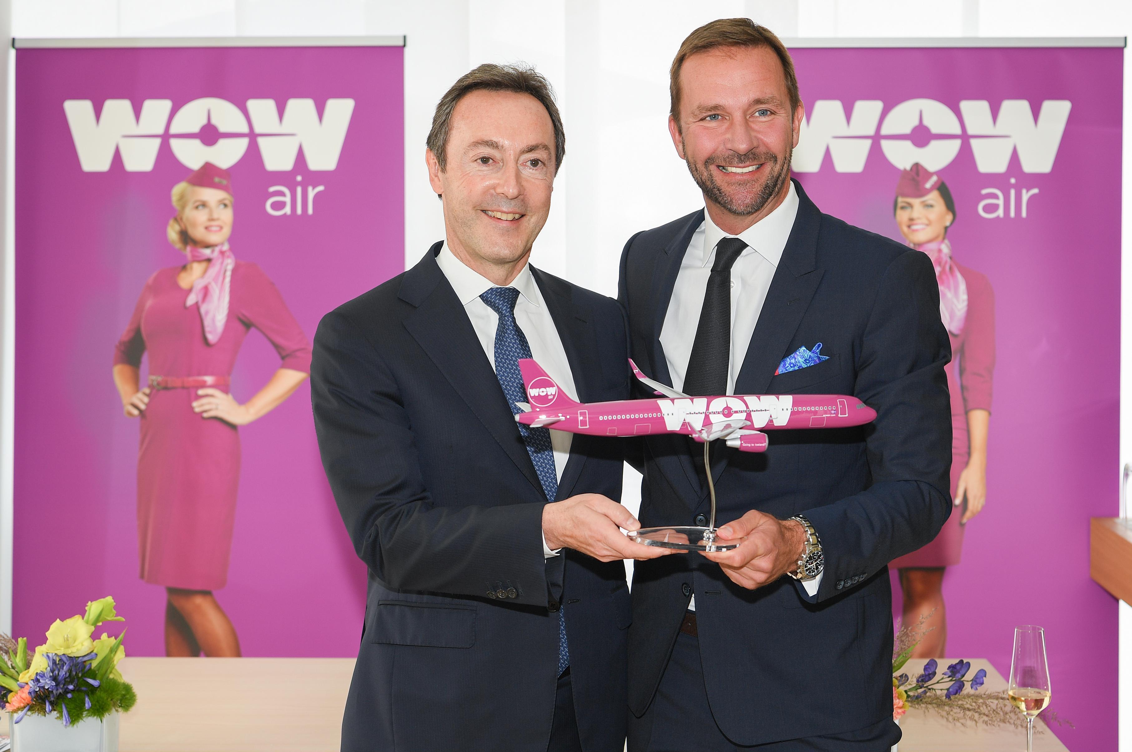 WOW air køber fire fabriksnye A321-fly. T.v. koncerndriftsdrektør John Leahy fra Airbus sammen med Skúli Mogensen, der er ejer og stifter af WOW air. (Foto: F. Langelot / master films)