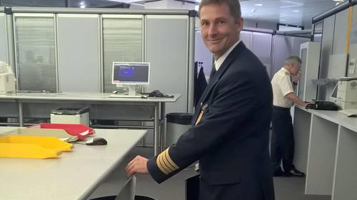 Kaptajn Andreas Ritter gør sig klar til Lufthansas første papirløse flyvning.