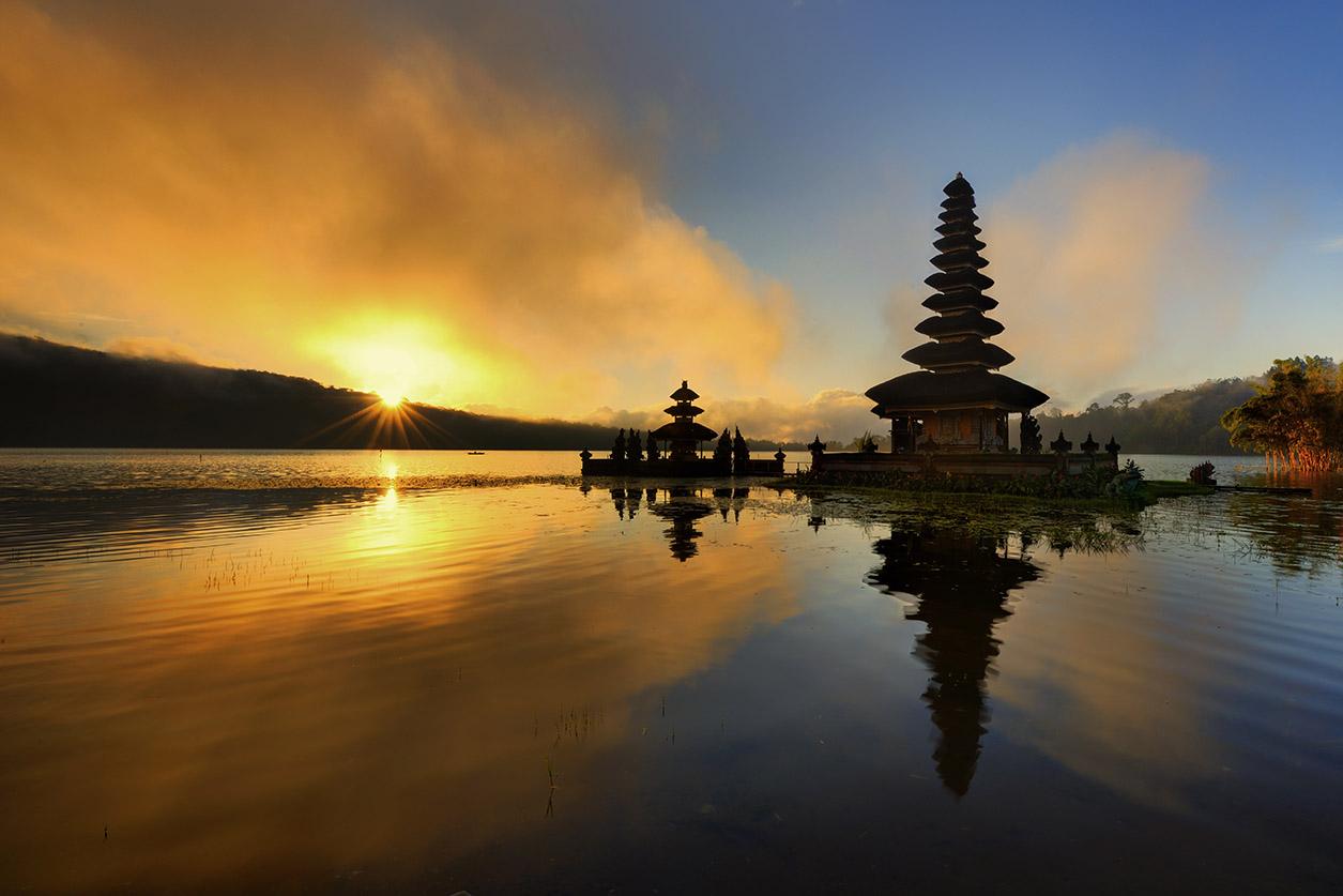 Bali – Pura Ulun Danu Bratan Water Temple (Foto: Singapore Airlines)