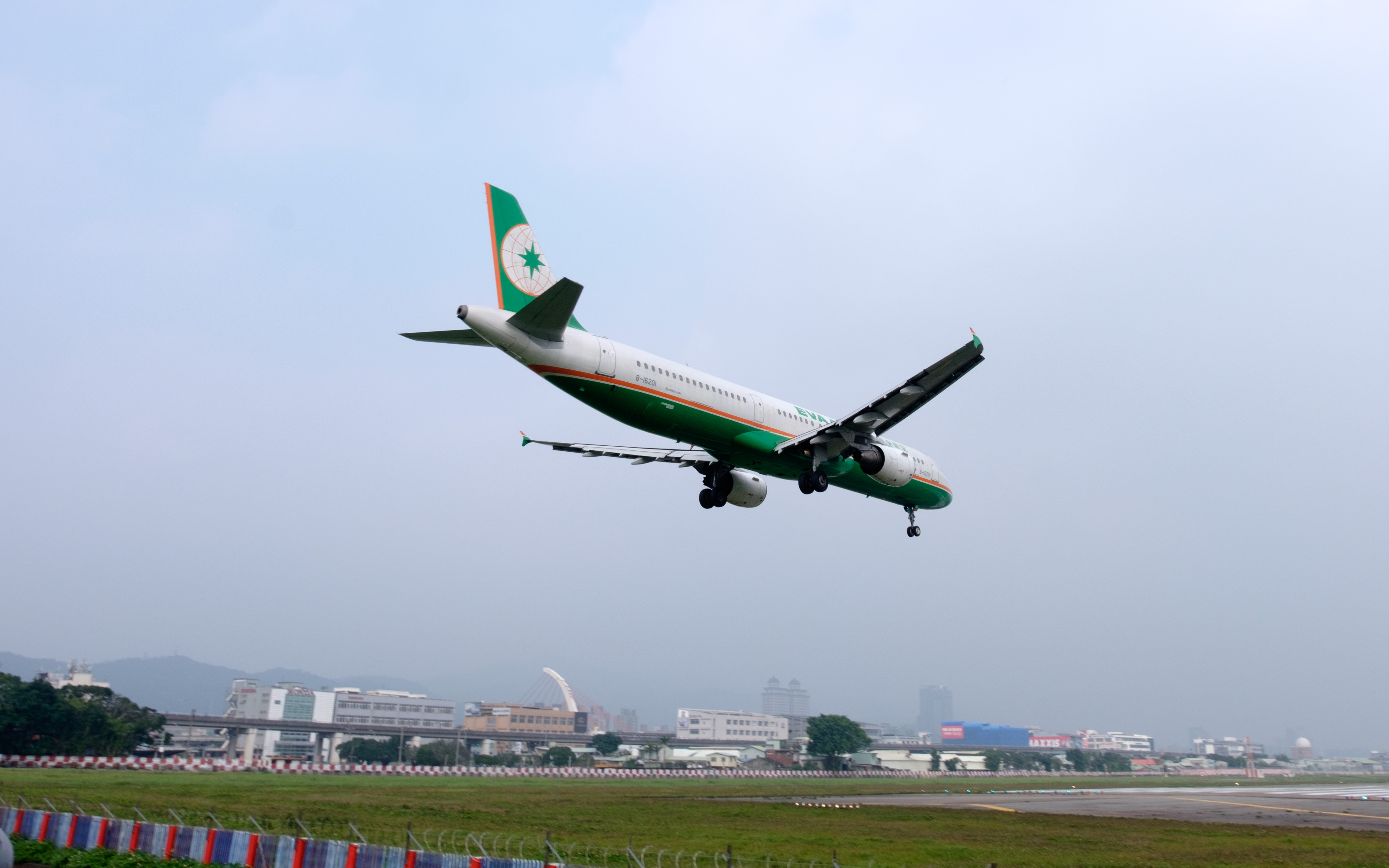EVA Air – Airbus A31-200 ved landing i Taipei Songshan Airport. (Foto: Commons Wikimedia)