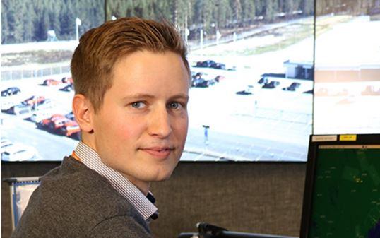 Svenske Johan Ehliar er som den første i verden uddannet fra start til Remote Tower Services. Foto: LFV.
