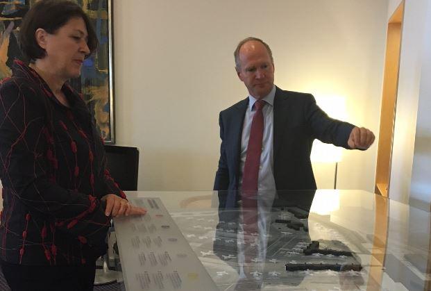 """Københavns Lufthavns direktør, Thomas Woldbye (t.h.), viser den store model af hvordan lufthavnen vil se ud når udvidelsesplanen """"Expanding CPH"""" er gennemført."""
