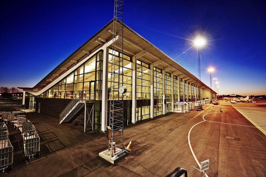 Aalborg Lufthavns terminalbygning i aftenbelysning. (Foto: Aalborg Lufthavn)
