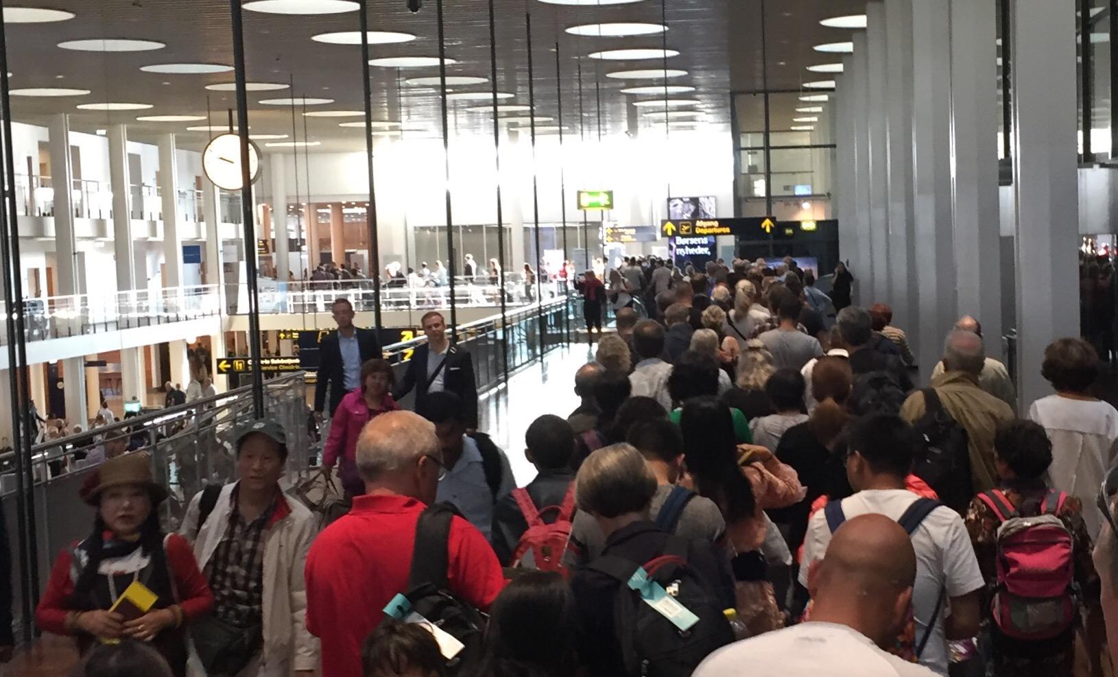 Kø i Københavns Lufthavns Terminal 2 hen mod sikkerhedskontrollen. (Foto: Andreas Krog=