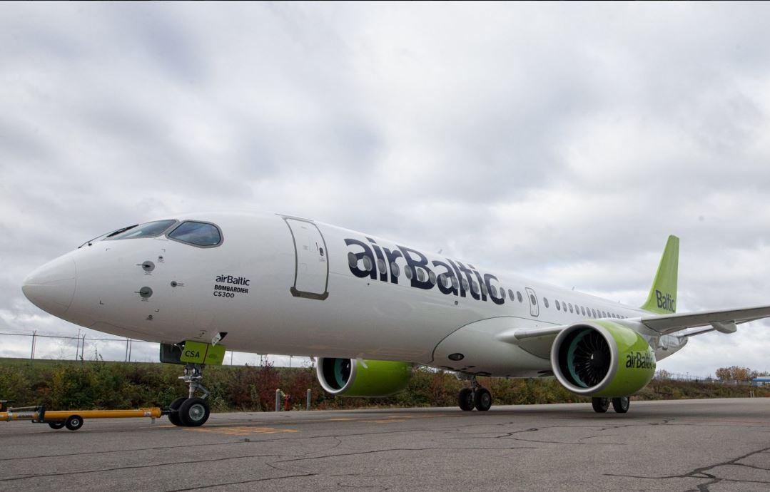 AirBaltics første Bombardier CS300 ruller ud fra malerhallen. (Foto: Bombardier. )