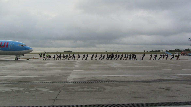 TUI Boeing 737-800 bliver trukket af 30 ansatte. (Foto: Luchtzak.be)