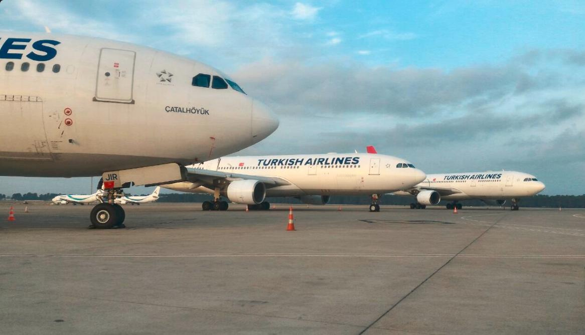 Parkerede Turkish Airlines-fly i Antalya. (Foto: Kokpitaero)