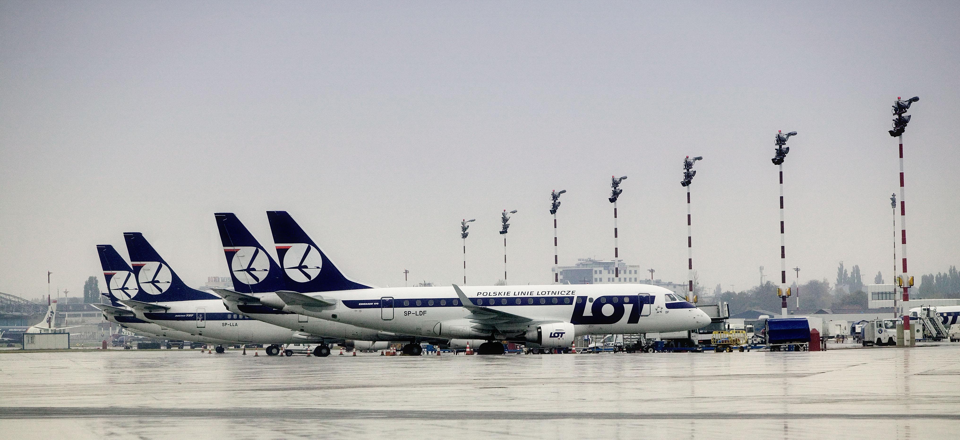 Embraer E170-fly fra LOT i Warszawa-Chopin lufthavnen. (Foto: LOT)
