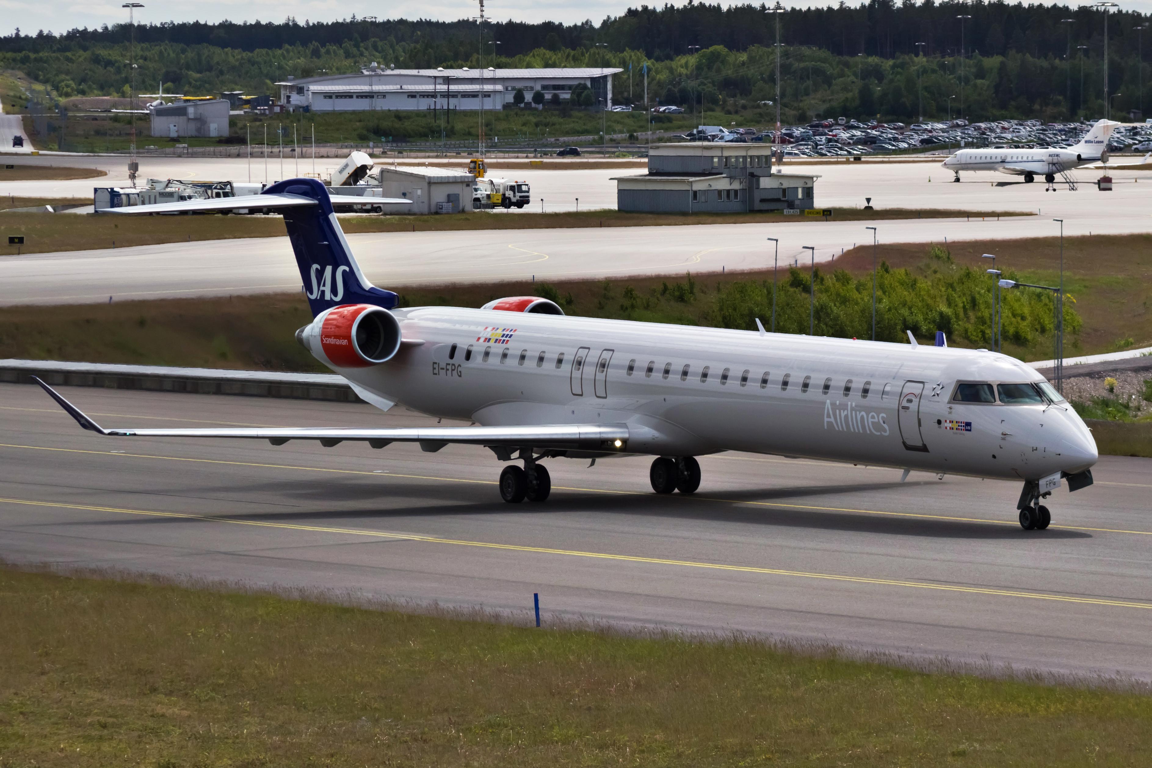 Bombardier CRJ900-fly fra CityJet (EI-FPG) i SAS-farver i Stockholm-Arlanda. (Foto: Bene Riobó)