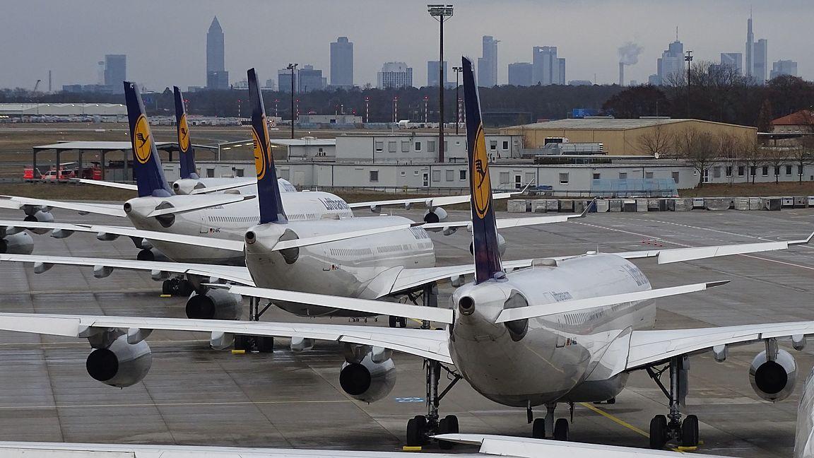 Lufthansa-fly parkeret i Frankfurt Rhein-Main lufthavnen. (Arkivfoto: Lufthansa)