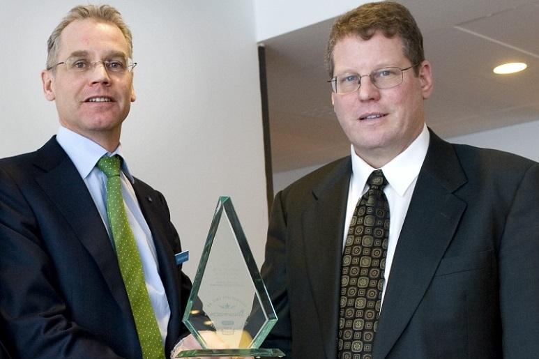SAS fik i 2012 for tredje år i træk prisen for mest punktlige flyselskab i Eruopa. CEO Rickard Gustafson, SAS og CEO i FlightStats, Jeff Kennedy. (Foto: Leif Tuxen)