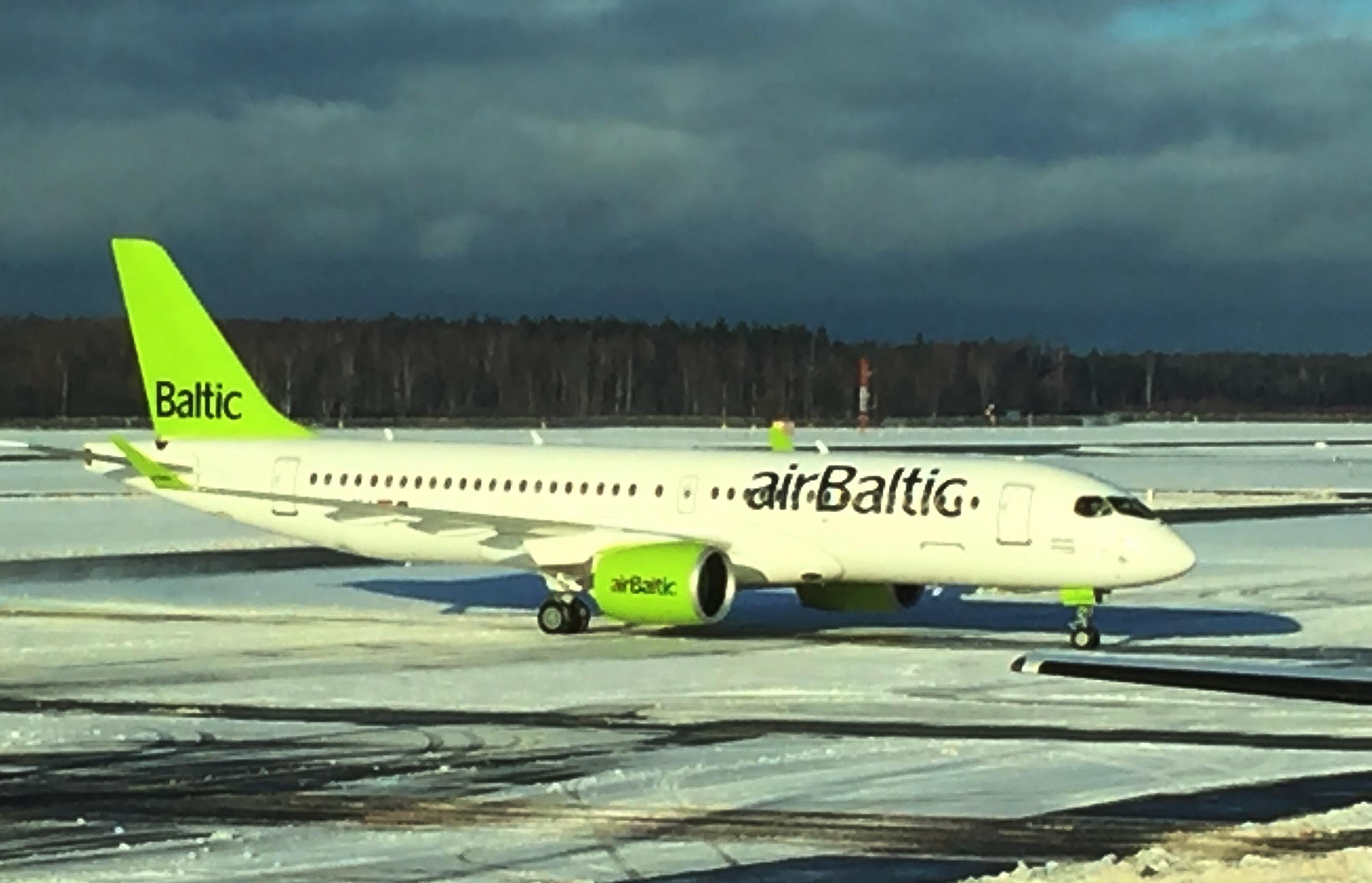 Det nye flagskib i airBaltics fåde, Bombardier CS300 i Riga lufthavn. Flyet på billedet er det første CS300 leveret. (Foto: Joakim J. Hvistendahl)