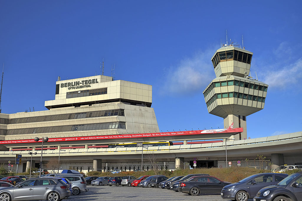 Berlin Tegel-lufthavnen i solskin. Foto: Th. Voekler / Wikimedia Commons.
