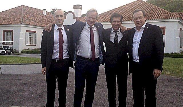 Fra venstre mod højre: Karl Petter Gombrii, Bjørn Kjos, Ricardo Clarke samt Tore Jenssen foran den argentinske præsidents private residens. (Privatfoto | Avisa Nordland)