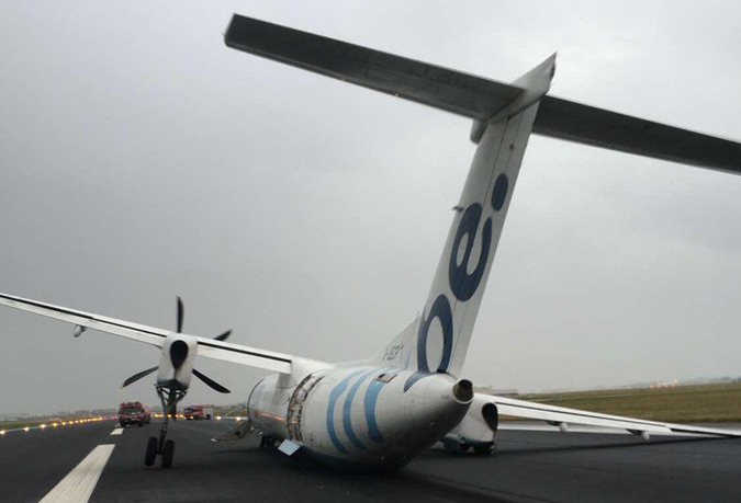 Flybe Dash-8 fly efter havariet i Amsterdam Schiphol Airport (Foto: David Fleming jr. | Twitter)