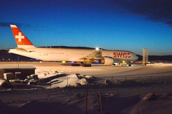 Boeing 777-300 flyet fra Swiss på jorden i Iqaluit. Foto:  Steve Ducharme.