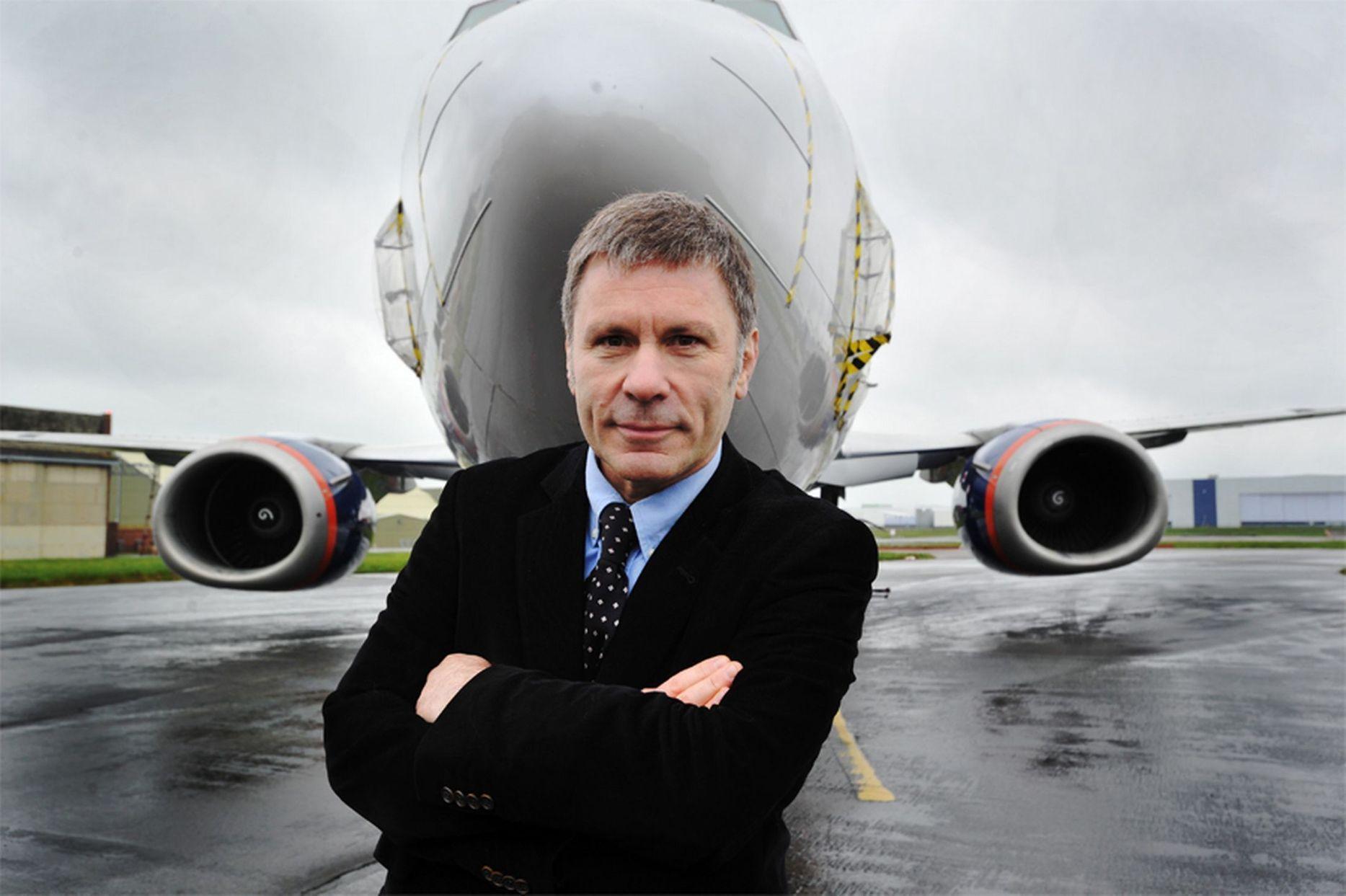 Bruce Dickinson er flykaptjan og medjer af Cardiff Aviation, når han ikke turnerer med Iron Maiden. (Foto: Cardiff Aviation)