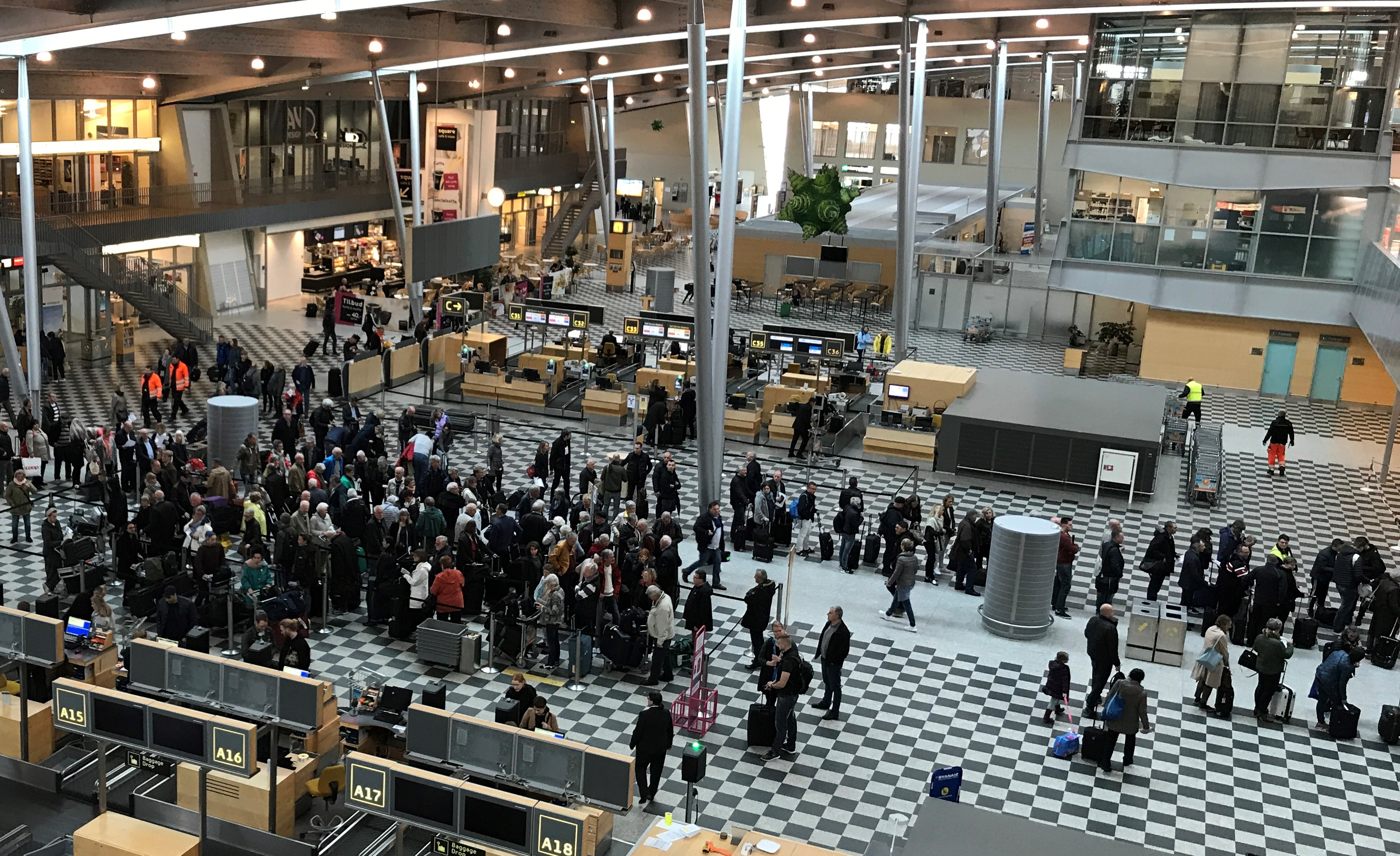 Kø i afgangshallen i Billund Lufthavn. (Foto: Ole Kirchert Christensen)