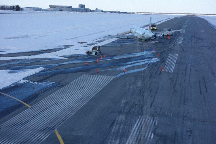 A320-flyet på landingsbanen i Halifax efter ulykken. (Foto:  TSB/Royal Canadian Mounted Police)