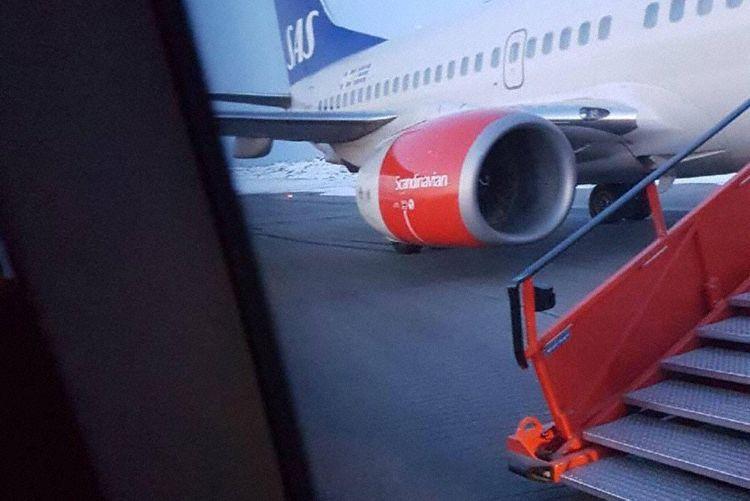 Boeing 737-flyet i Kirkenes Lufthavn. Der er tydelig bremsemærker fra hjulene i højre side. (Foto: Privat)
