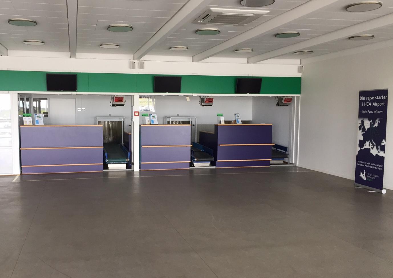 Check-in skrankerne står klar, hvis et selskab en dag vil starte fast ruteflyvning til HCA Airport. Foto: Andreas Krog.