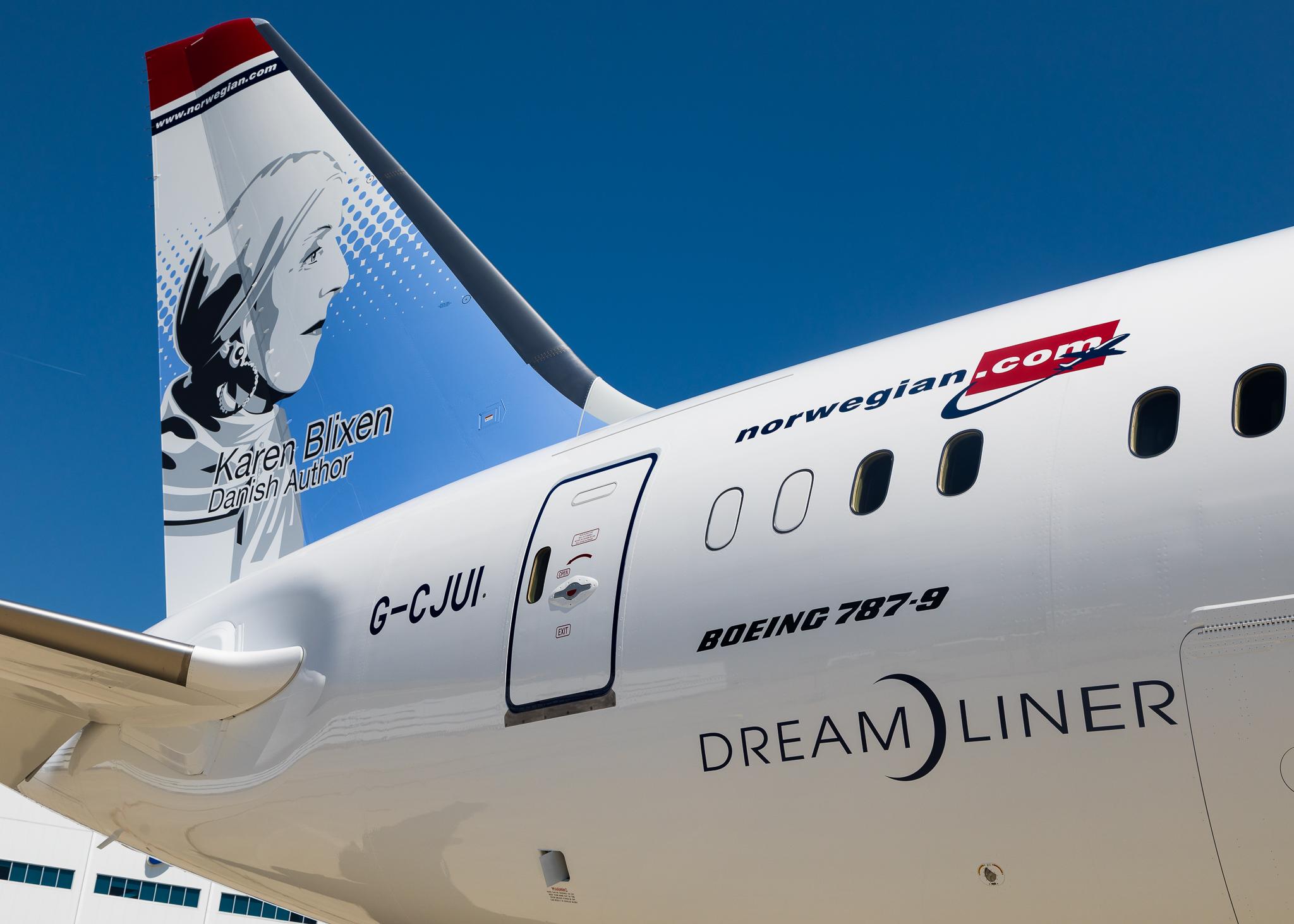 Karen Blixen pryder halen på et Boeing 787-9 Dreamliner-fly fra Norwegian. (Foto: Norwegian)