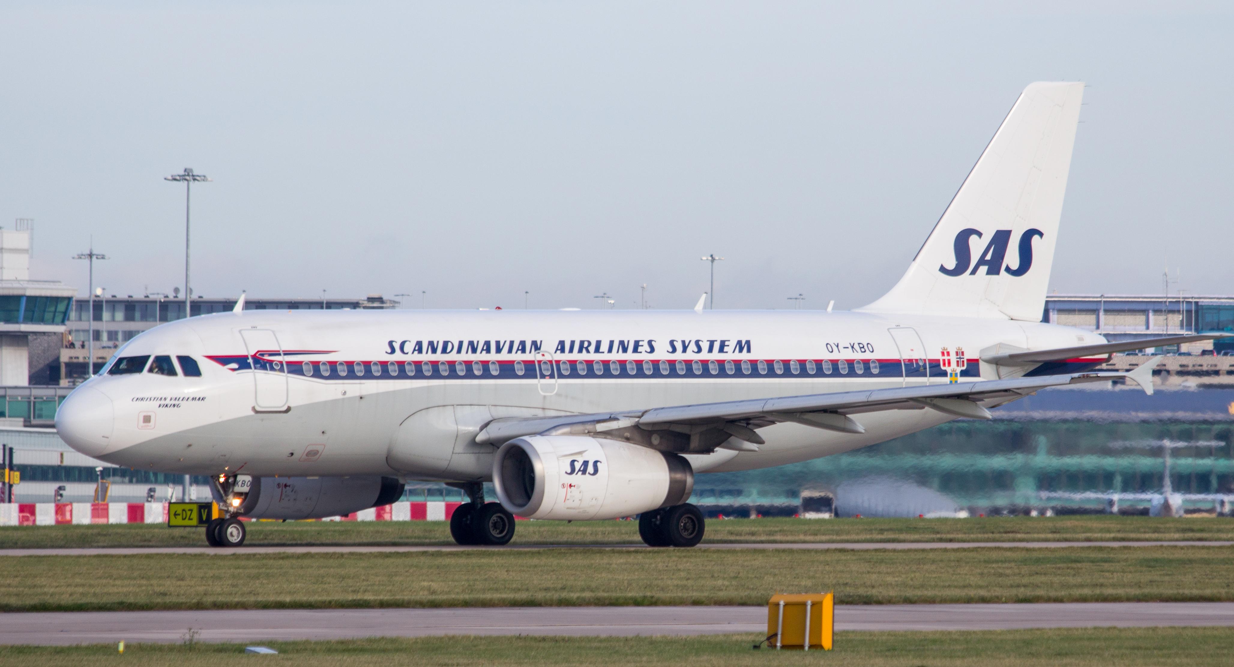 SAS A319-100 i retro-bemaling, registrering OY-KBO. (Foto: RHL Images   Creative Commons Attribution-Share Alike 2.0 Generic license)
